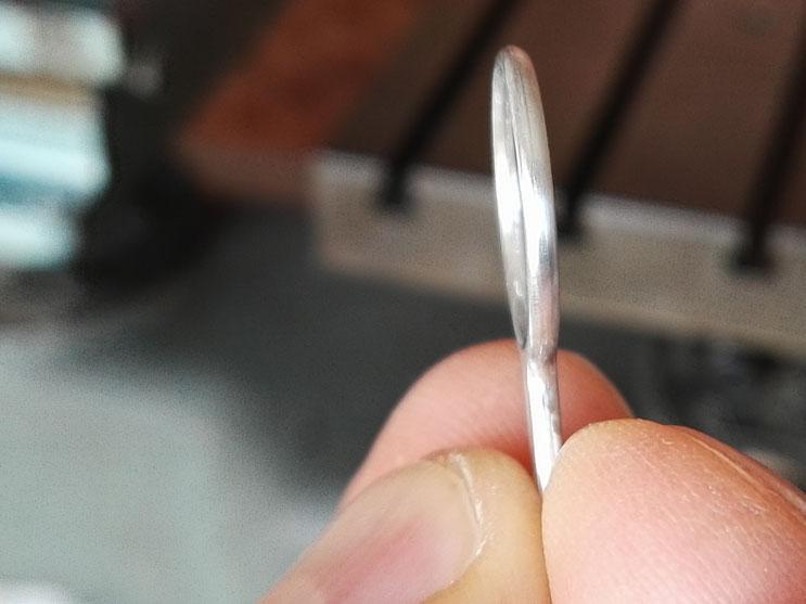 Très gros plan de la boucle de l'anneau en vue de profil