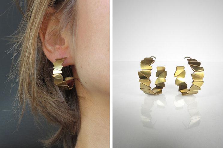 Boucles d'oreilles créoles FACE-A-FACE,  laiton doré à l'or fin, Nelly CHEMIN facettes, organique, irrégulier, prisme, triangle, géométrique, écailles