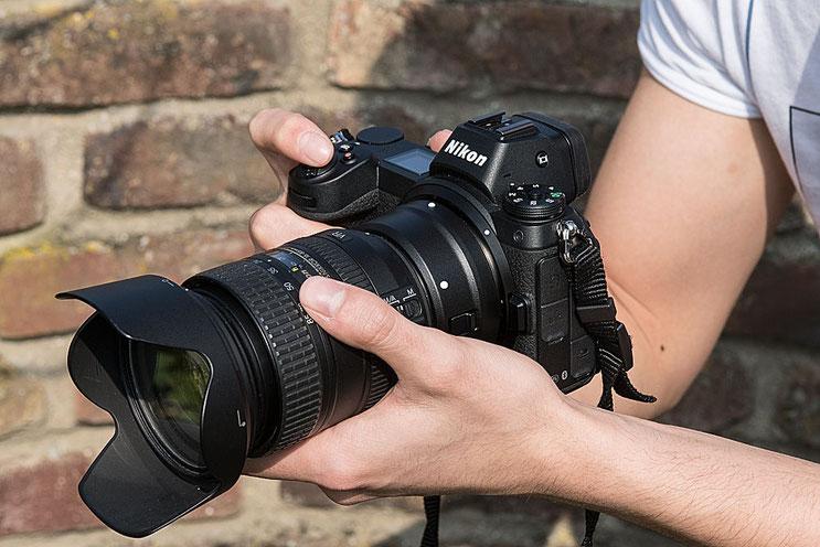 NIKON Z7 mit FTZ-Adapter und DX-Nikkor AF-S 16-85 mm 1:3,5-5,6G ED, Seitenansicht. Foto: bonnescape.de