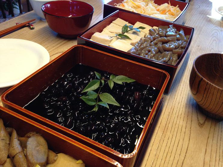 2018年の山田家おせち。お煮しめ、なます、黒豆。料理は一切手伝えませんでしたが材料の買出しだけは私がやりました。。。