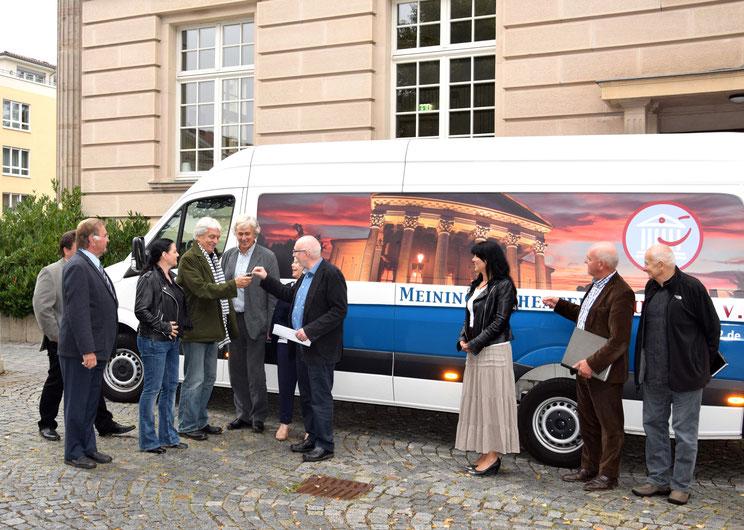 Der Vorstand übergibt den Crafter an Intendant Ansgar Haag / Foto: Das Meininger Theater (Mitrović)