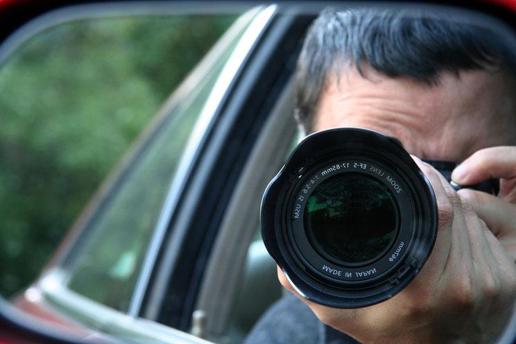 Detektiv fotografiert durch den Seitenspiegel; Detektei Bochum, Privatdetektiv Bochum, Detektiv Bochum