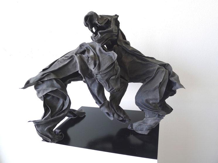Hund gegen Hund, 2011 Stoff, Pigment, Epoxidharz, Glasfaser, Metall 51 x 75 x 39 cm   Foto: Stefan Heine