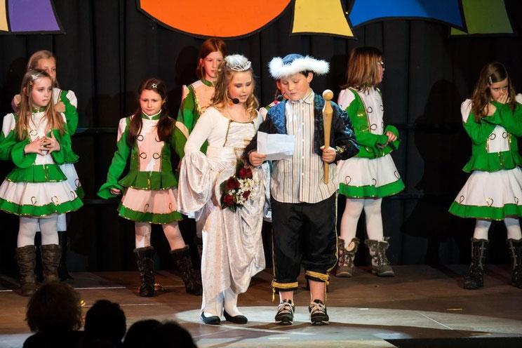 das Kinderprinzenpaar Lisa (Embacher) u. Robin (Winkler) mit der Schülergarde der EVS Steinfeld