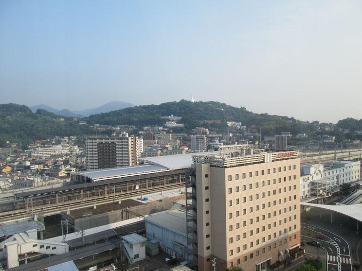 JR熊本駅。繁華街からは少し離れたところにあります。