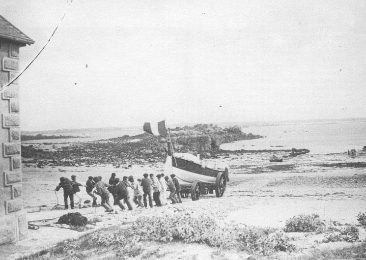 La remise  du canot de l'île de Batz :« Sainte Madeleine et Sainte Victoire de Saint Faron » dans sa maison abri de Pors Reter