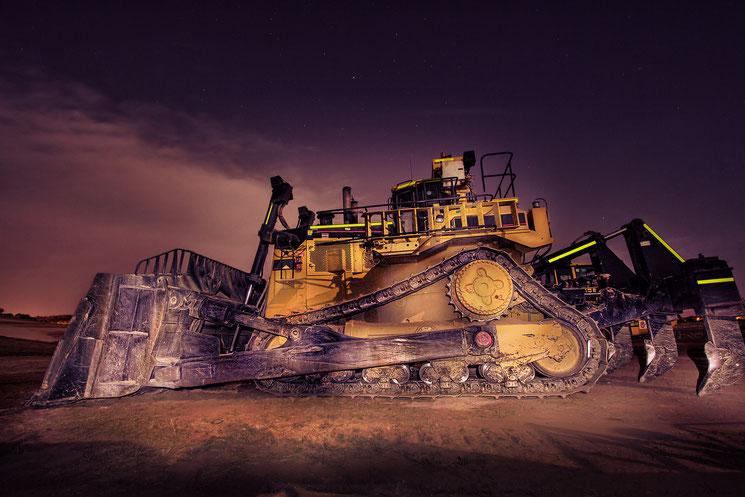Bulldozer bei Nacht; Wirtschaftsdetektei Frankfurt, Detektiv Frankfurt, Wirtschaftsdetektiv