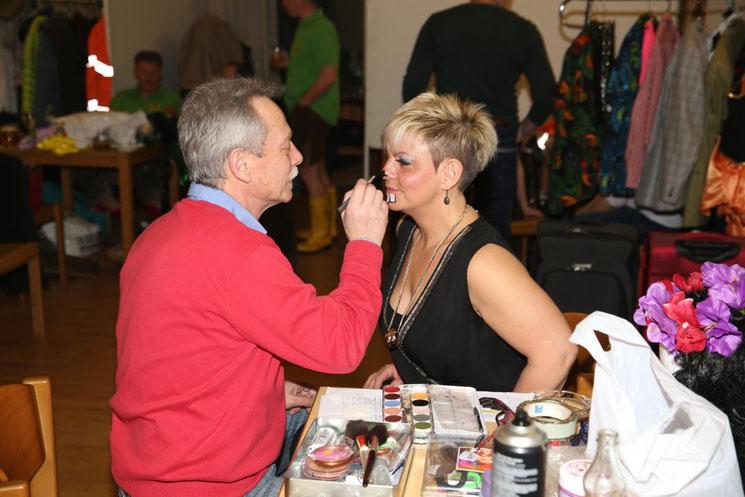 Friseur Heinz Embacher beim Schminken der Gemeindemaus Andrea Ebenberger