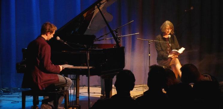 Lesung im Theaterclub Hamburg 2015 - Am Flügel: Maximilian J. Zemke, Komponist der Musik zur Romanreihe