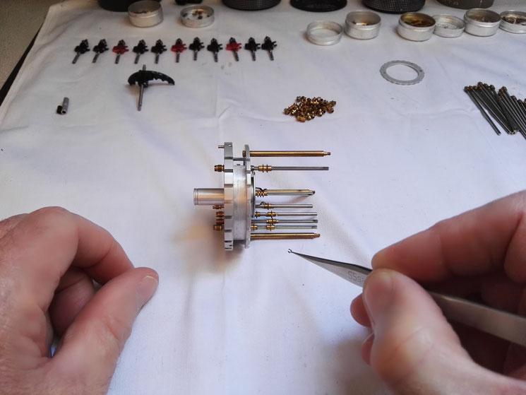 Plan large du démontage d'un anneau élastique
