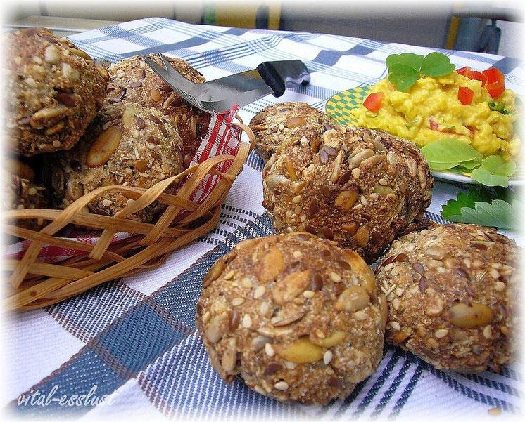 Raw Camembert mit Johannisbeeren, Kumquats, Koriander und Nüssen