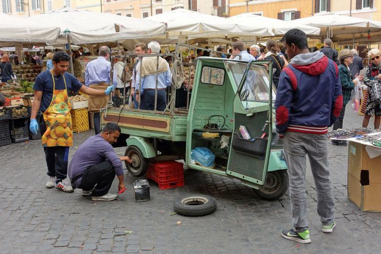 Rom - Campo de' Fiori, Ape, Piaggio, Radwechsel