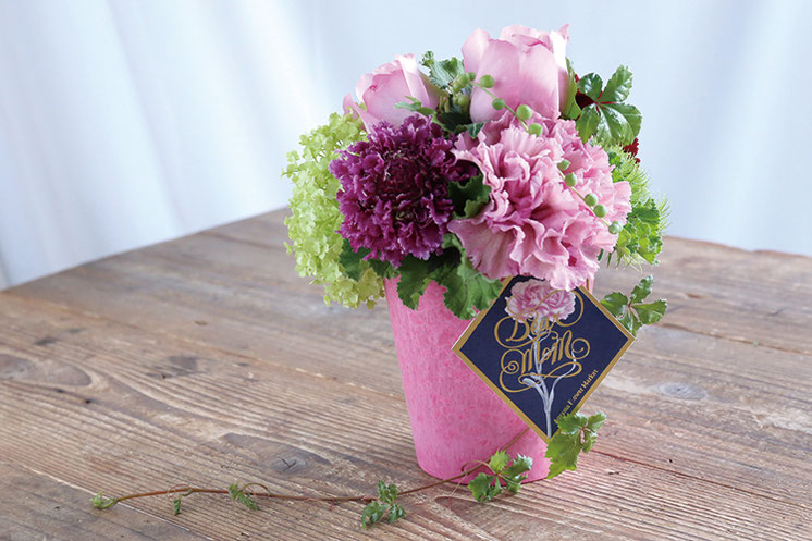 5月7日(日)はバラとカーネーションのアレンジメントをつくります。日頃の感謝の気持ちを、美しいお花に込めてください。