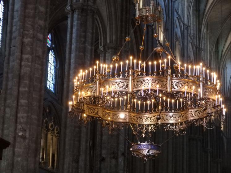 La couronne de lumière fait près de 5m de diamètre, pèse 600kg et porte 150 bougies. Elle a été installée pour le jour de Pâques 1868