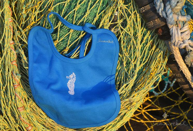 honourebel Babies LONG-SNOUTED SEA HORSE Bib. Baby Lätzchen aus Biobaumwolle mit Seepferd / Langschnäuziges Seepferdchen.
