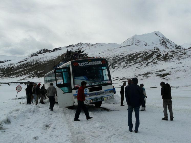 Passage du Khunjerab pass, la frontiere sino-pakistanaise a 4700m. (enfin tentative de passage... mais on y arrivera finalement!)