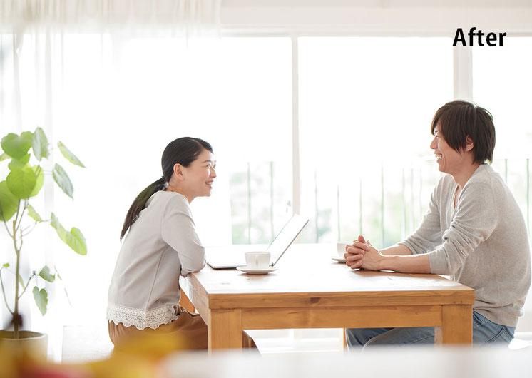 家族カウンセリングのお陰で夫婦の関係が改善しテーブルで子供の将来を明るく話す夫婦