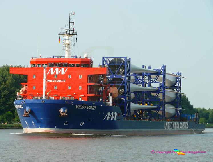 """United Heavy Lift Deck-Carrier """"VESTVIND"""" mit 12 Windkraft-Rotorblättern auf dem Nord-Ostsee-Kanal, 09.06.2018"""