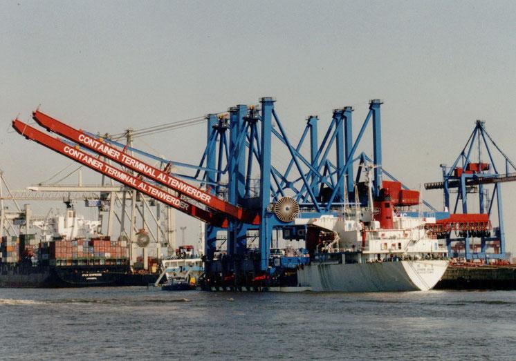 Deckcarrier ZHEN HUA 5 im Hamburger Hafen mit 2 Containerbrücken für CTA, 03.05.2001
