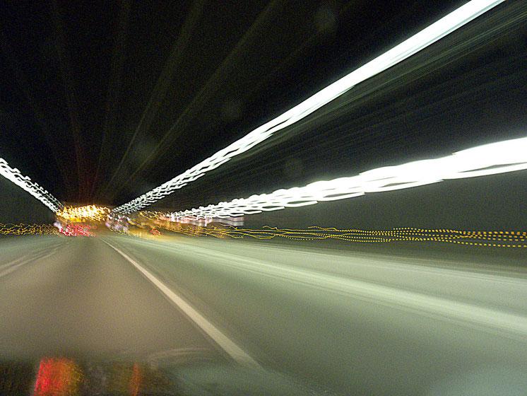 Mathieu Guillochon photographe, sur la route, autoroute, couleurs, filé, flou, rail de sécurité, signalisation, automobile, tunnel