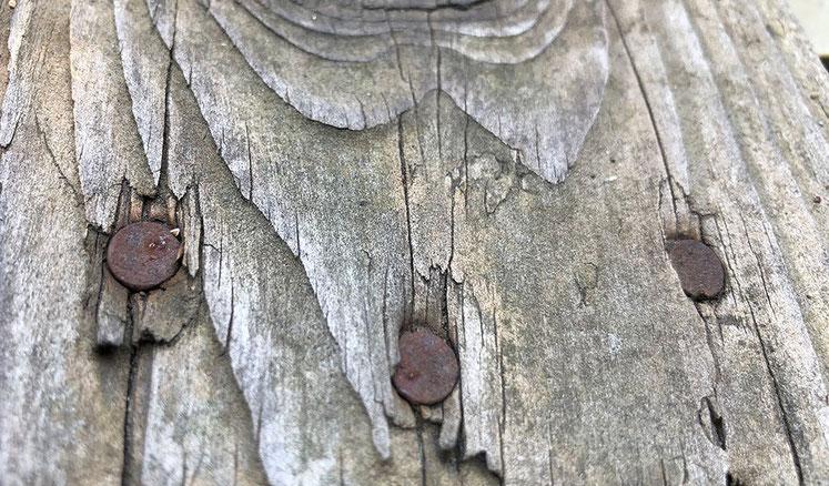 無塗装+雨ざらしで、木も痩せ細ってます。