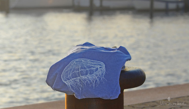 honourebel Slow Fashion. honourebel MOON JELLYFISH T-shirt aus Biobaumwolle in blau mit weißer Qualle.