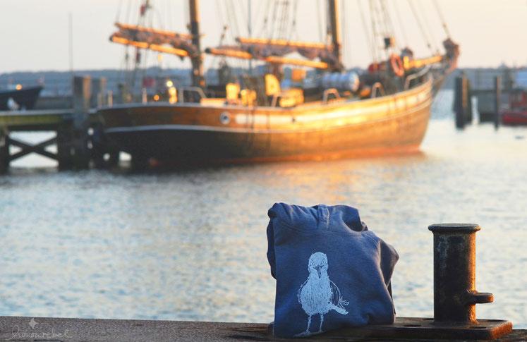 honourebel Kids HERRING GULL Hoodie. Nachhaltiges, kuscheliges Kapuzensweatshirt für Kinder mit lächelnder Möwe.