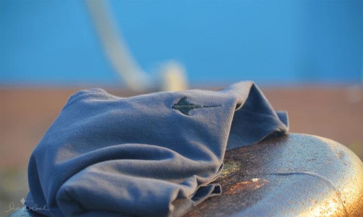 honourebel Slow Fashion. Nachhaltiger, kuscheliger Oktopus Hoodie bei Sonnenuntergang am Segelhafen.