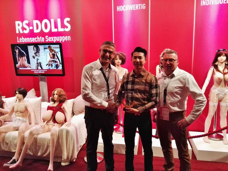 """Hohe Auszeichnung für die RS-Dolls Gründer Manfred Scholand und Ralf Reder vom wohl größten Hersteller der Welt """"WMDOLL"""""""