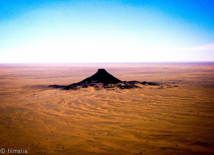 Desde el avion de la ONU atravesando el muro. Sahara. montaña, desierto