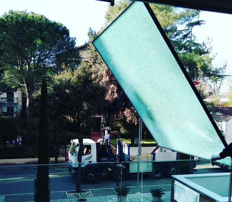 Camion gru per sostituzione vetro Cesena