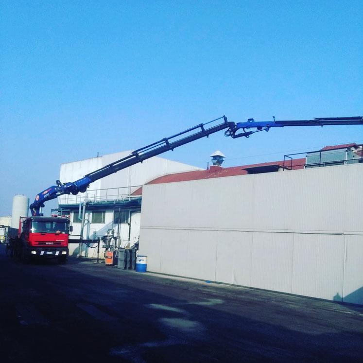 Gru per sollevamento materiali su capannone Gatteo