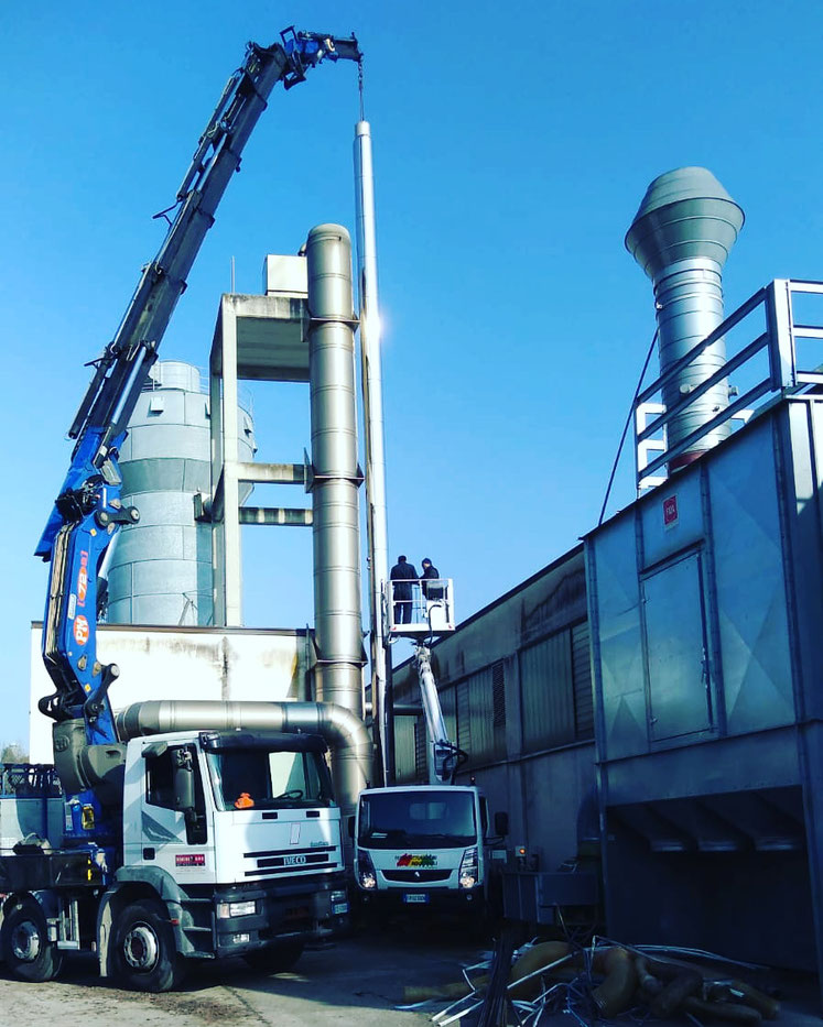Camion gru per montaggio caldaia a Ancona
