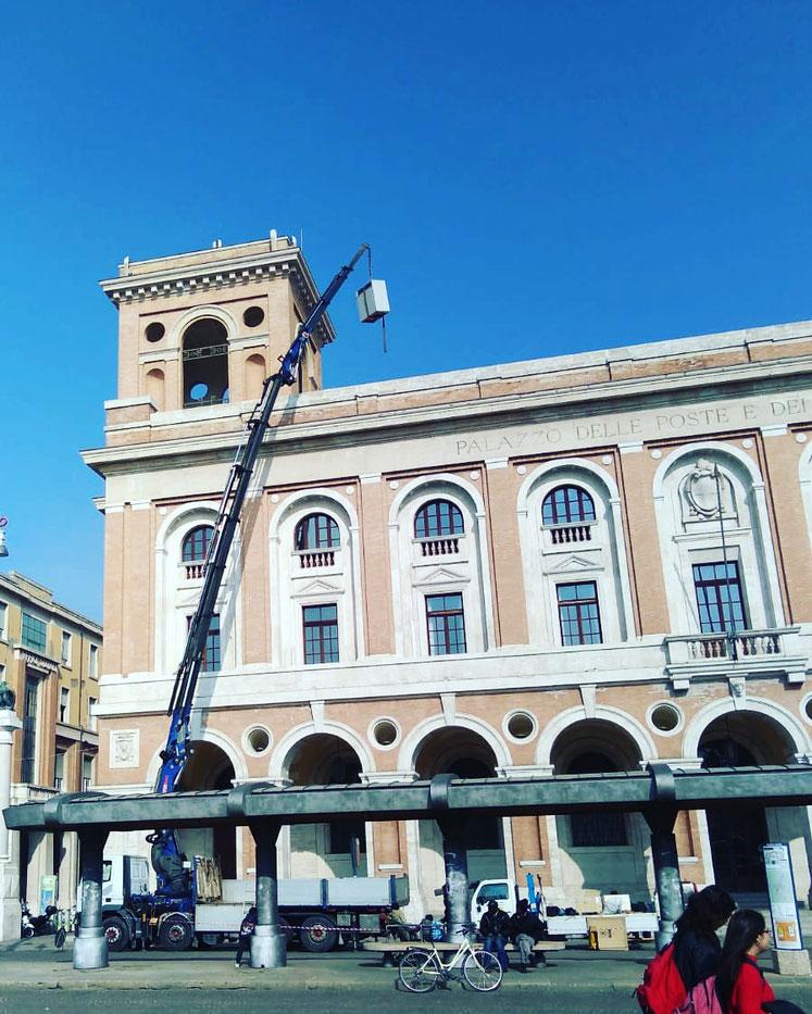 Camion gru per sollevamento apparati telefonia a Forlì
