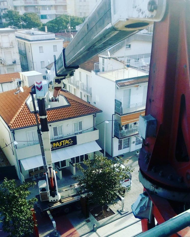 Piattaforma aerea montaggio cartelli pubblicitari Riccione