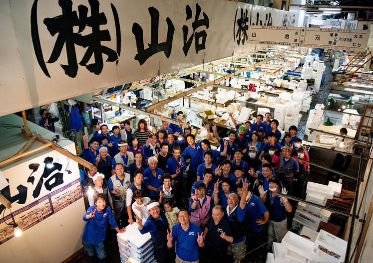写真:築地市場での最後の営業。従業員の集合写真。