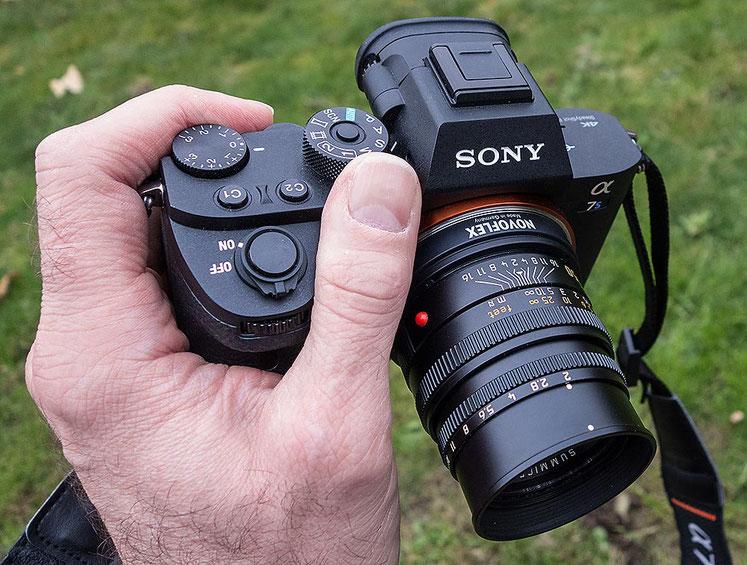 Im Test: Liegt gut in der Hand: SONY Alpha 7s2 mit LEICA Summicron-M 2,0/50 mm. Foto: Klaus Schoerner