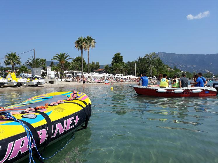 Griechenland Urlaub auf Corfu am schönen Sandstrand der Dassia Beach, ideal für einen Tagesausflug zum Beach Club mit Wassersport