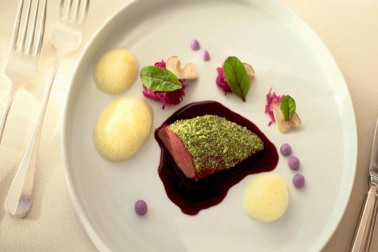Taubenbrust auf Glühweinsauce mit Rotkraut und Orangenschaum Luis Haller Rezept aus Südtirol Fragsburg Gourmet Südtirol