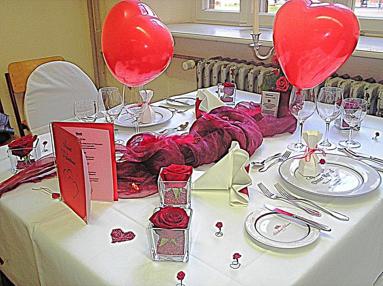 Tischdekorationen - Valentins hearts, rote Herzen, Gläser, Bestecke