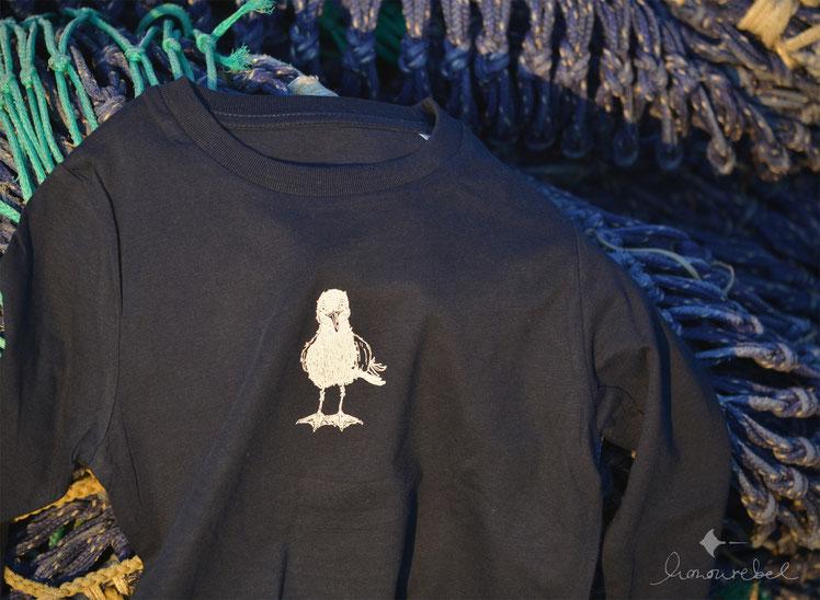 honourebel Kids HERRING GULL Long Sleeve Top. Kinder Langarmshirt aus Biobaumwolle mit kleiner Möwe bei Sonnenuntergang in Kiel.