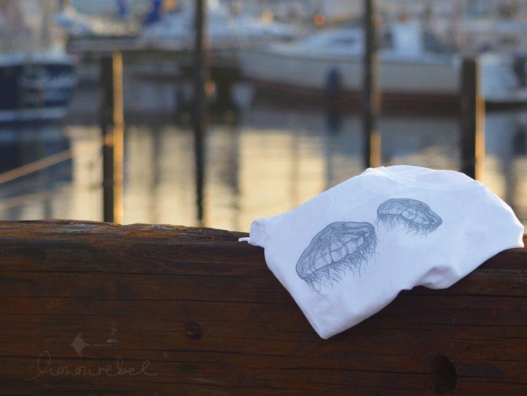 honourebel TWO MOON JELLYFISH T-shirt. Hochwertiges, weiches T-Shirt aus Biobaumwolle mit zwei Quallen / Ohrenquallen.