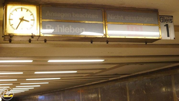U-Bahn Station Mohrenstraße - hier hängen noch die alten Anzeiger