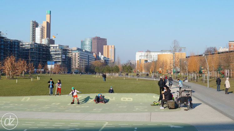 Park am Gleisdreieck - im Hintergrund der Potsdamer Platz