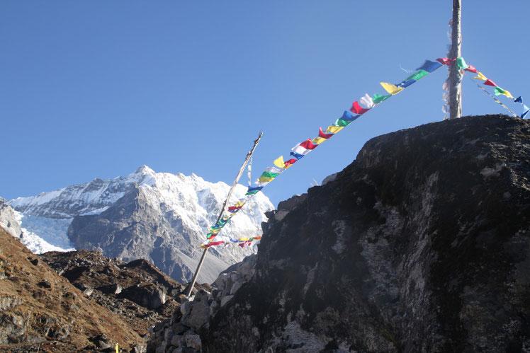 Gebedsvlaggetjes gesponserd door de scholen. Meegenomen naar de toppen van de Himalaya.