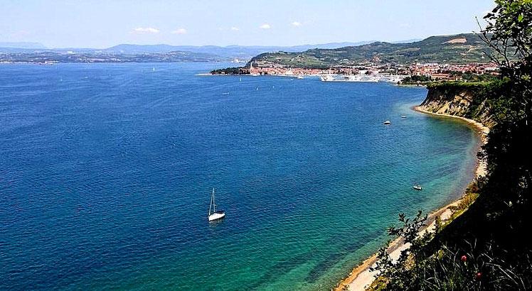Vista della spiaggia Bele Skale e  della costa fino a Isola