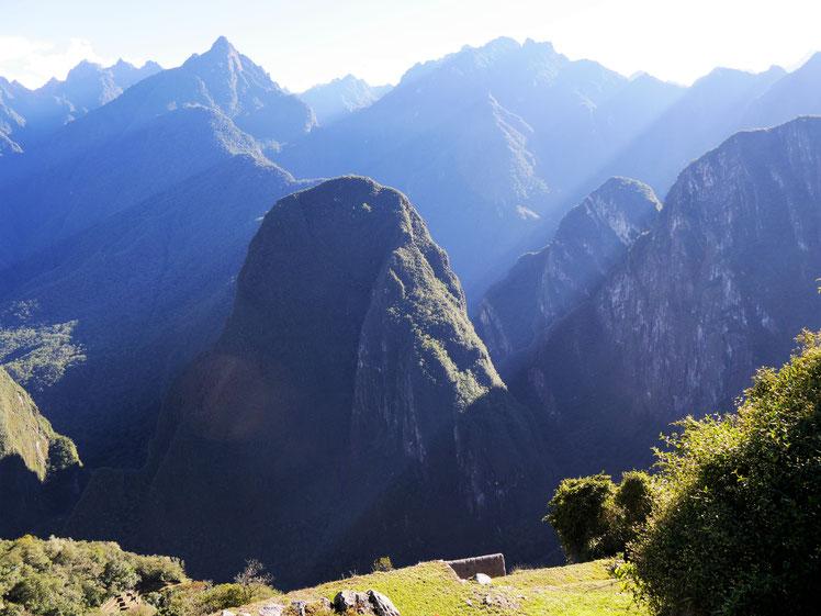 Morgendliche Sonnenstrahlen bahnen sich ihren Weg, Machu Picchu, Peru (Foto Jörg Schwarz)