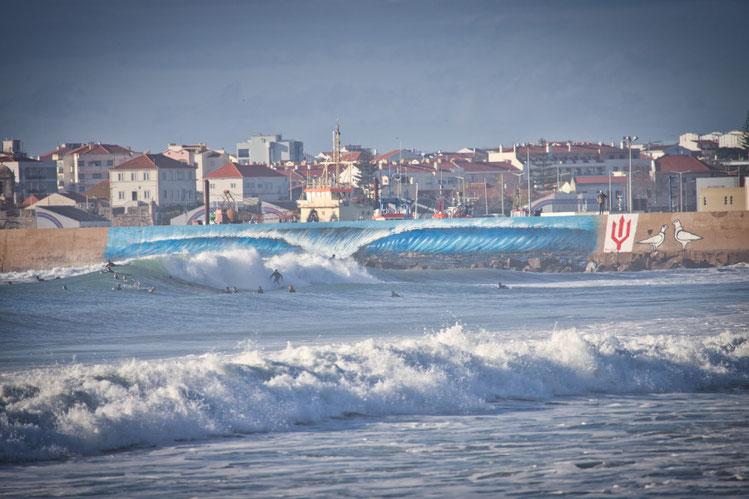 Peniche mit Blick auf die Surfer im Winter