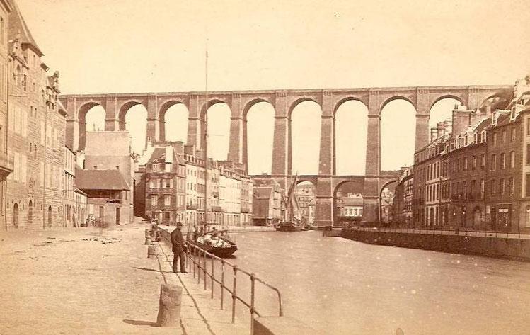 Une quarantaine d'années plus tard vers 1890,1900, vue prise depuis le pont tournant. Un lougre caboteur  est amarré à l'extrémité du bassin à proximité du viaduc, un yacht grée en cotre le long du quai de Tréguier