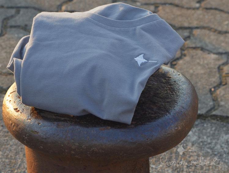 honourebel BRAND RAY T-shirt. Hochwertiges, weiches T-Shirt in Lilac mit unserem gestickten Rochen Logo in weiß bei Sonnenuntergang in Kiel. 100 Prozent Biobaumwolle.